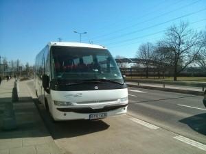autobus do wynajęcia na przystanku
